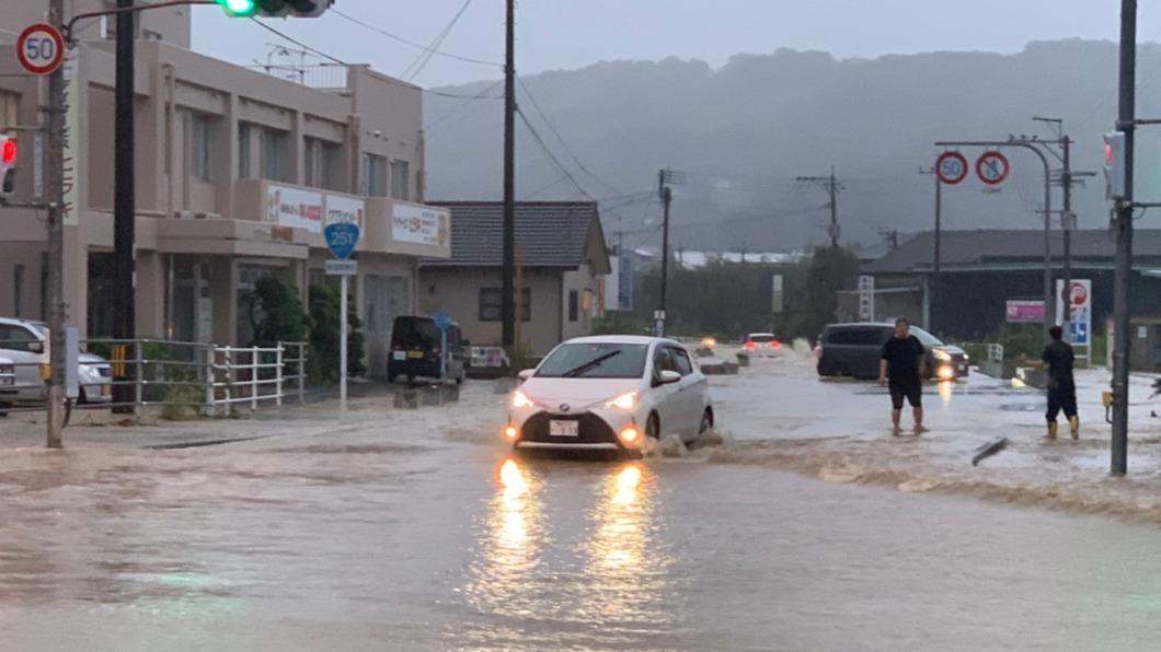 圖/翻攝自@M35Tommy 推特 長崎豪雨雷電交加 大水沖垮地基上演路吞車