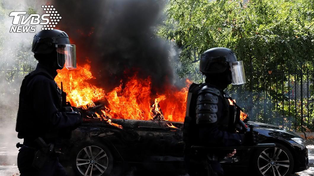 法國黃背心運動有抗議民眾放火燒汽車。(圖/達志影像路透社) 黃背心運動重返法國街頭 示威人數不如預期