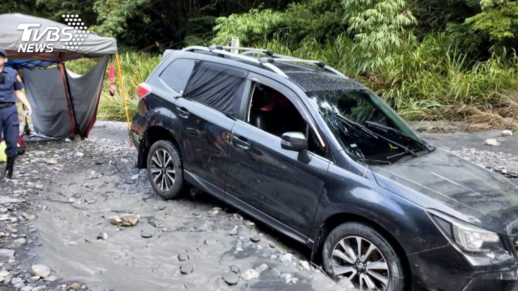 盧家的黑色休旅車被大水沖走後深陷土石中,救難人員耗費許多時間才將車子拖出來。(圖/TVBS資料畫面) 倖存者只關心百萬車 鄉民發文痛批:好心提醒被濺滿身濕!