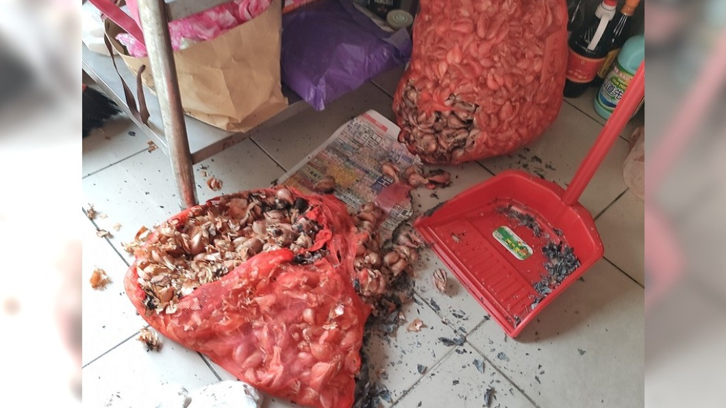 網友抱怨兒子偷玩打火機差點釀成火災。(圖/翻攝自爆怨公社) 兒偷玩打火機!2袋紅蔥頭「燒成火球」險釀大禍