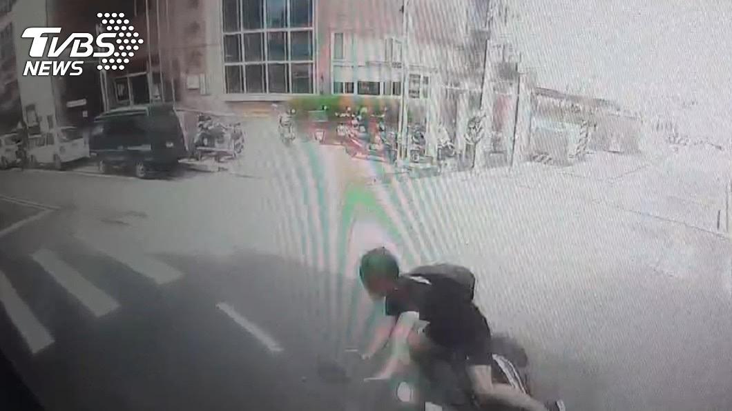 大貨車行車紀錄器錄下和機車相撞的瞬間。(圖/TVBS) 悚!台南大貨車未禮讓相撞 騎士「卡輪下慘死」畫面曝