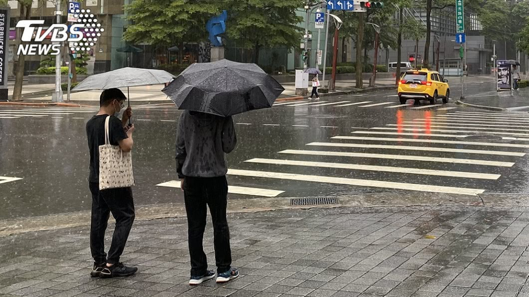 氣象局預報週六起將會有鋒面通過,屆時轉為有雨天氣,預計連下3天。(圖/TVBS資料畫面) 11號颱風「紅霞」將生成 週六鋒面通過雨彈連炸3天