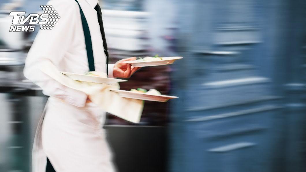 年輕人寧願在餐廳上班領低薪,也不願去工廠上班。(示意圖/shutterstock達志影像) 年輕人「寧領23K」不願進工廠? 過來人揭3大主因