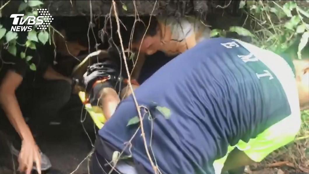基隆小六男童墜落坑洞,初判肇因為大雨導致箱涵頂板破損。(圖/TVBS) 小六男童校園內墜7米坑洞 技師曝光原因