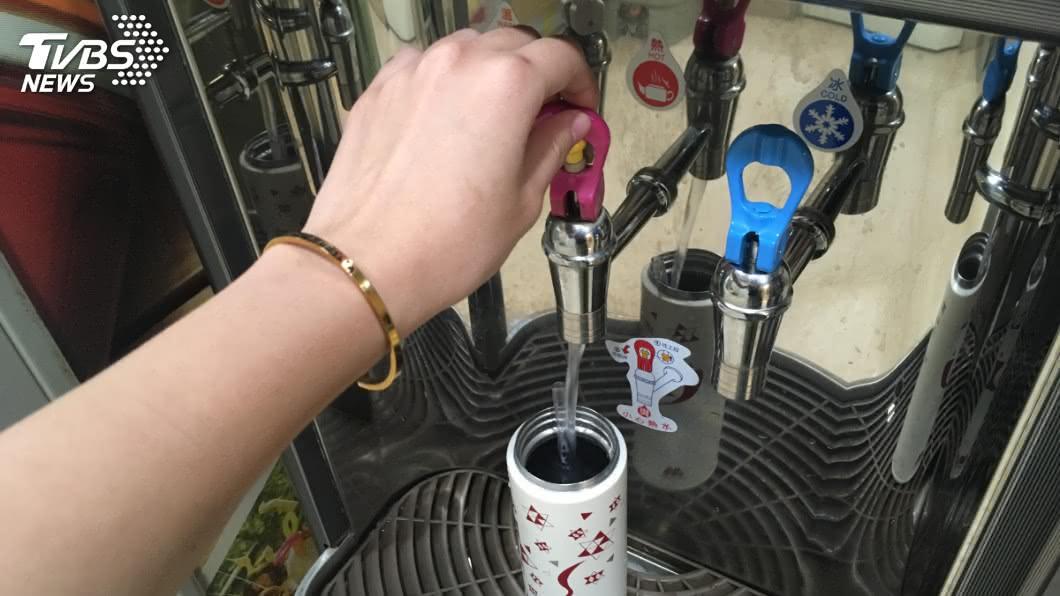 許多公司都會有設置茶水間並放上飲水機,讓員工可以取用。(圖/TVBS資料畫面) 公司茶水間下班前老是「客滿」 過來人曝背後真相網秒懂