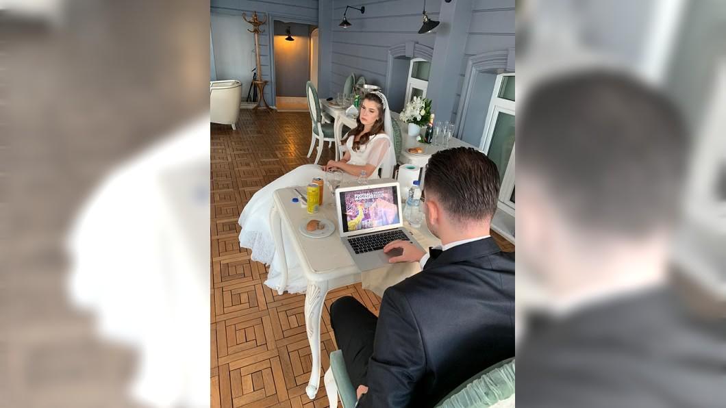 新郎在打電動,一旁的新娘整個宛如「眼神死」,呆滯地看著前方。(圖/翻攝自Reddit) 代誌大條!婚禮會場新郎只顧打電動 新娘坐一旁眼神死