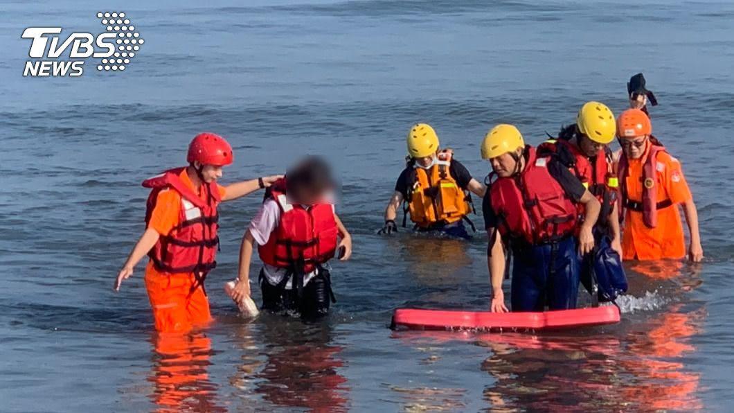 台中2女子受困沙洲遇漲潮,警消涉水救援。(圖/TVBS) 2女「漲潮水位淹到頭」受困沙洲 台中警消急涉水救援