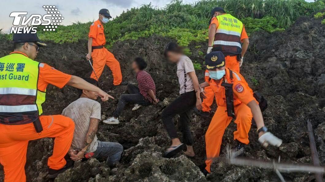 越南偷渡客昨天凌晨企圖在墾丁上岸被海巡緝獲,目前已逮捕33名偷渡客。(圖/中央社) 還有3人在逃!越南偷渡客多數曾來台打工 船長收押