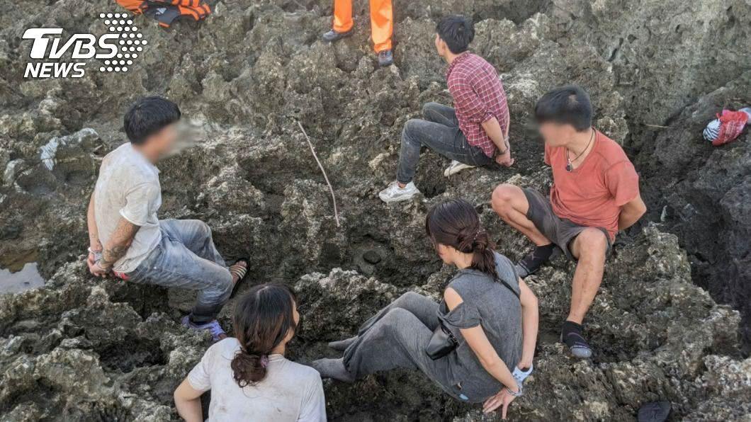 越南偷渡客企圖在墾丁上岸,被海巡單位逮捕。(圖/中央社) 墾丁越南偷渡客檢疫 屏東衛生局:33人都沒發燒