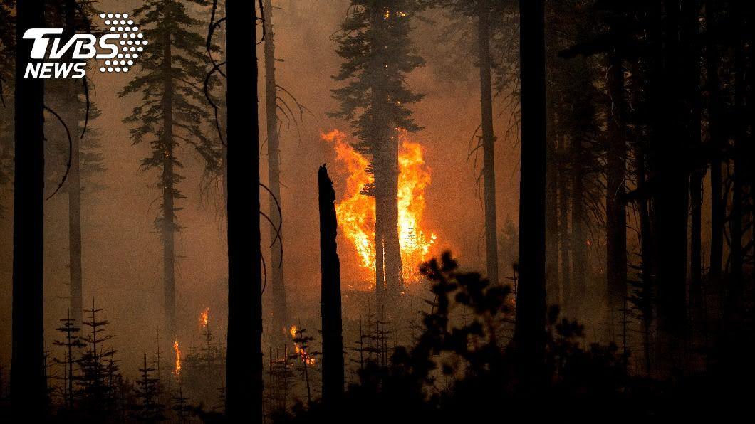 洛杉磯市郊延燒一週的火場範圍日漸擴大。(圖/達志影像美聯社) 野火逼近洛城116年歷史天文台 紐約都可見濃煙