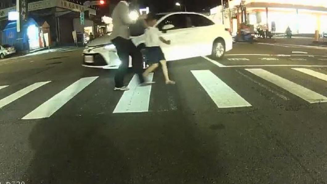 母女倆走在斑馬線上差點被迎面而來的白色小客車撞上。(圖/翻攝自爆廢公社) 母女走斑馬線差點被撞 駕駛被罵爆:A柱比龍柱還粗?