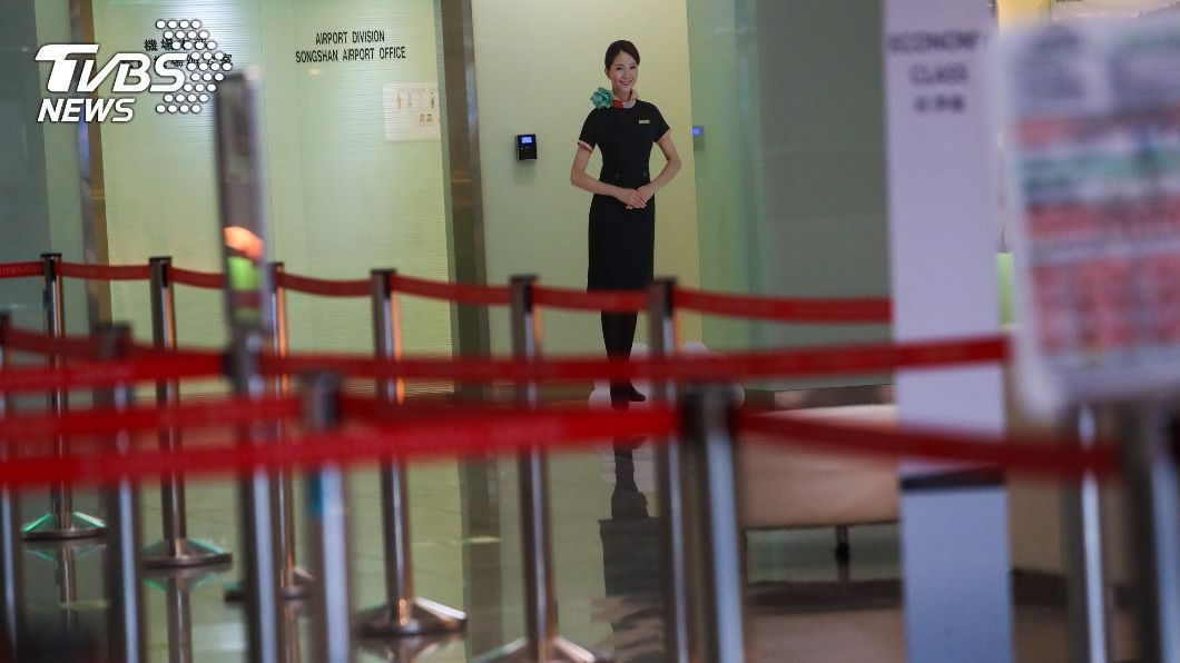 松山機場國際線櫃檯空無一人。(圖/中央社) 邊境管制持續 無薪假最新統計破1.6萬人