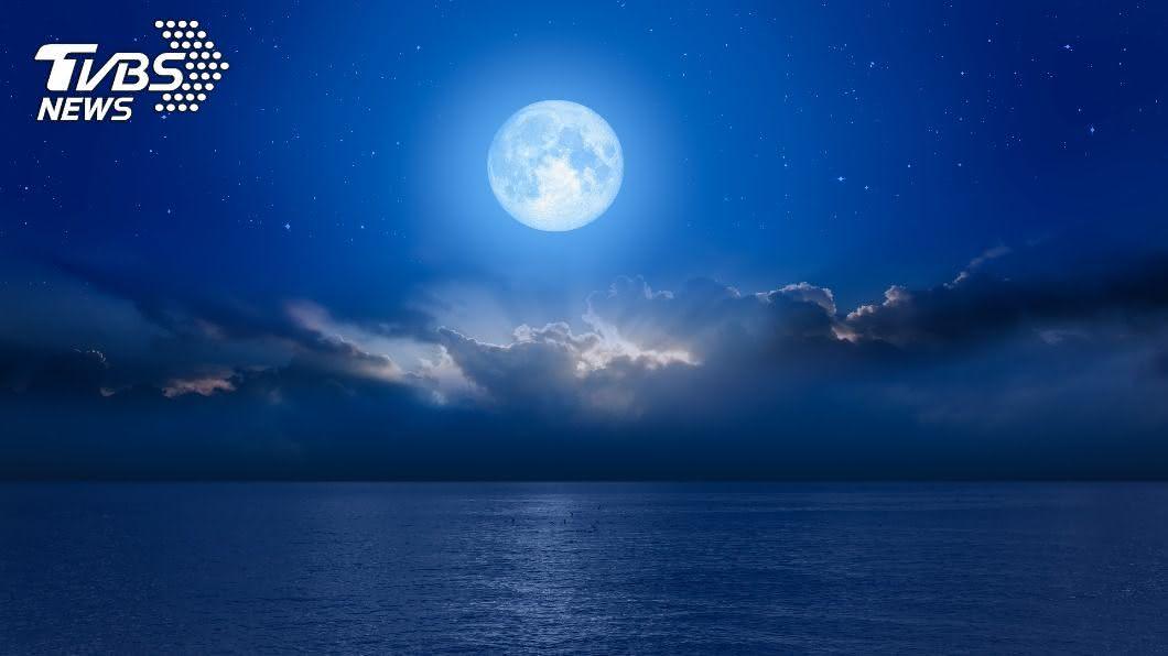 明(31)日將出現罕見的藍月亮。(示意圖/Shutterstock達志影像) 許願吉時曝光!罕見「藍月」將登場 翻轉運勢靠1招