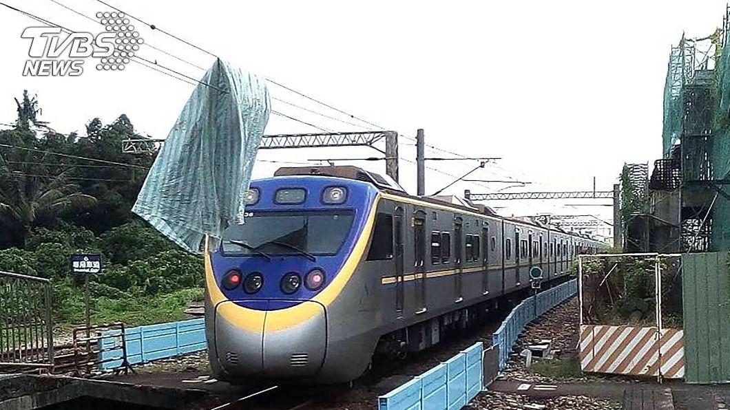 (圖/中央社) 電車線驚掛帆布!火車退回改線行駛 影響12列車