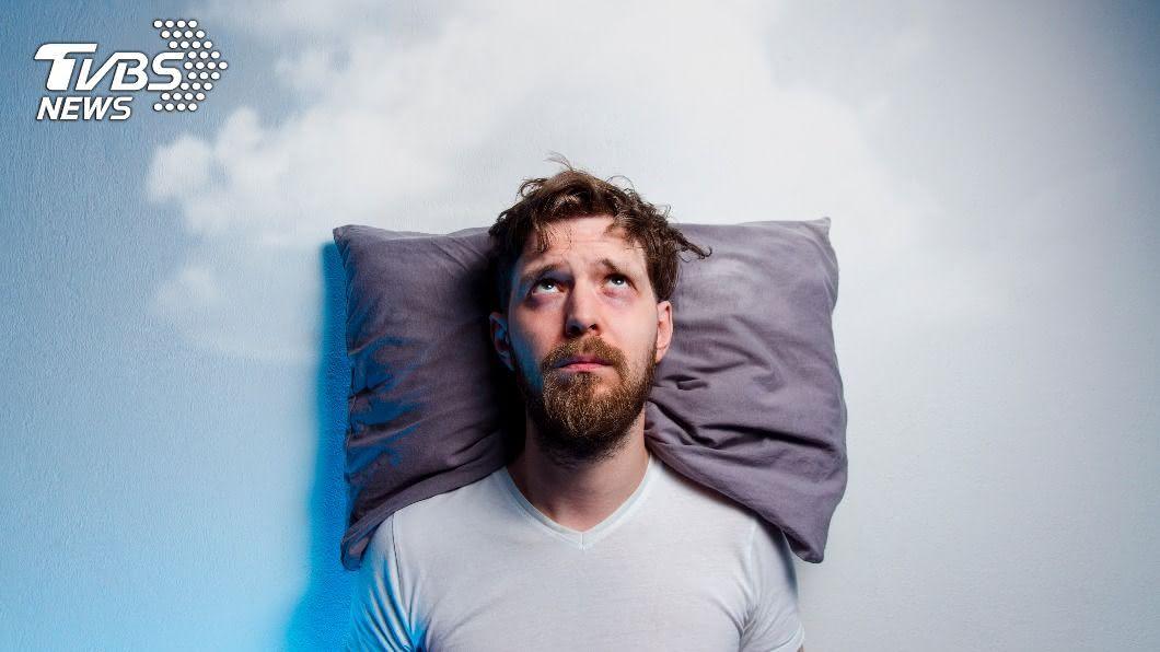 失眠難熬,可從睡前飲食改善。(示意圖/shutterstock達志影像) 睡不好變胖又變笨? 營養師曝3食物晚餐千萬別選
