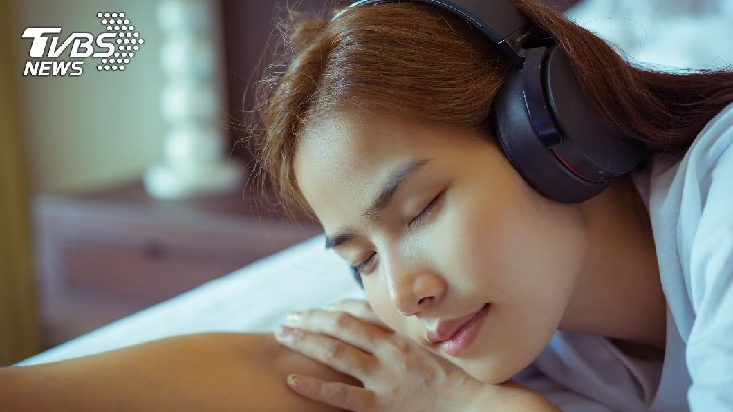(示意圖,非當事人/shutterstock達志影像) 手機充電「戴耳機」聽音樂…少女慘遭電死陳屍家中