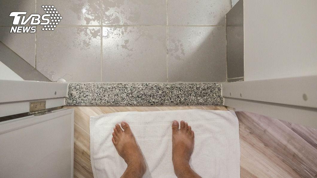 浴室濕滑易滑倒,須注意安全。(示意圖/shutterstock達志影像) 突然浴室暈倒疑「迷走神經性」昏厥 醫:2習慣可避免