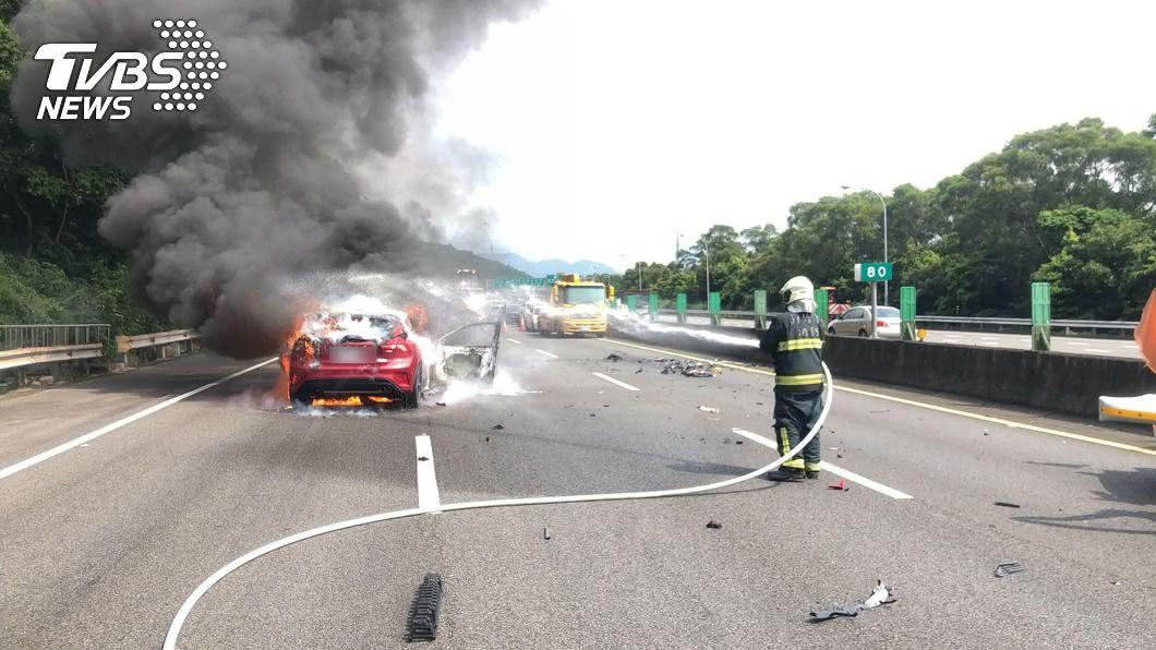 國道3號關西路段火燒車,目前已滅火恢復通車。(圖/中央社) 國道3號關西段火燒車 警消已滅火恢復通車