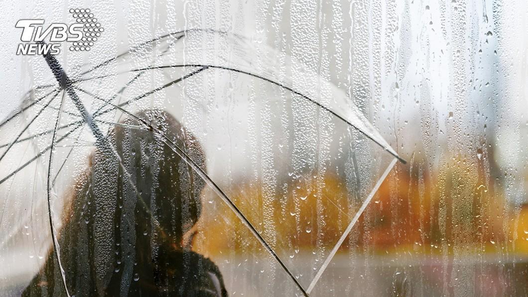 下雨示意圖/shutterstock達志影像 記得帶傘!鋒面報到東北風增強 濕涼天氣一路持續到下週