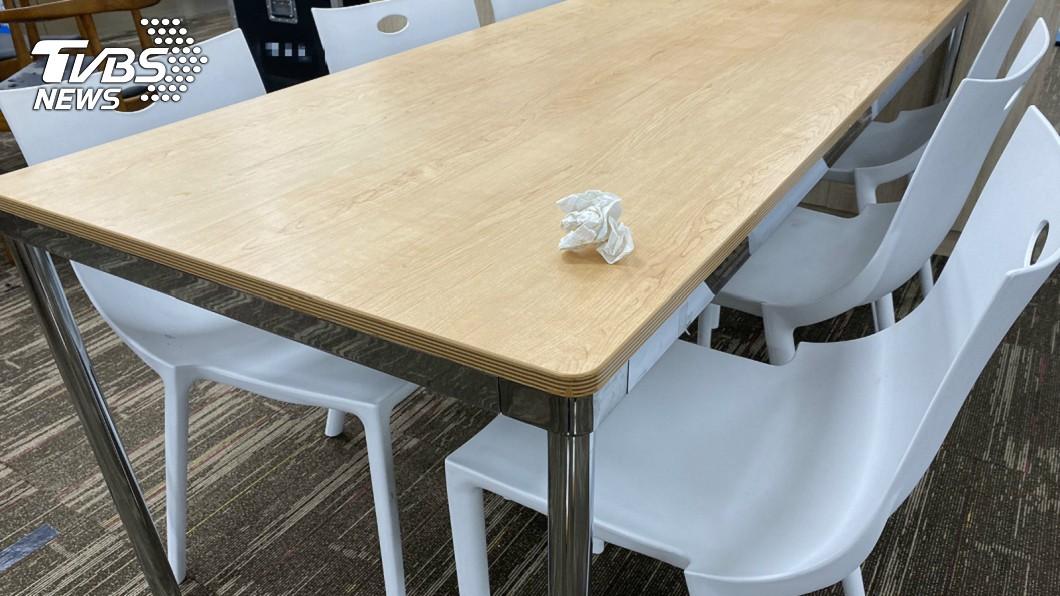 拿衛生紙佔位合裡嗎?(示意圖/TVBS) 美食街用餐被趕…大媽嗆「用衛生紙佔位」 真相曝光網全怒