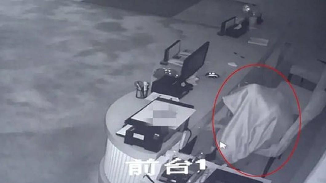 (圖/翻攝自紫牛新聞) 現金憑空消失!老闆調監視器驚見「白色幽靈飄進店」