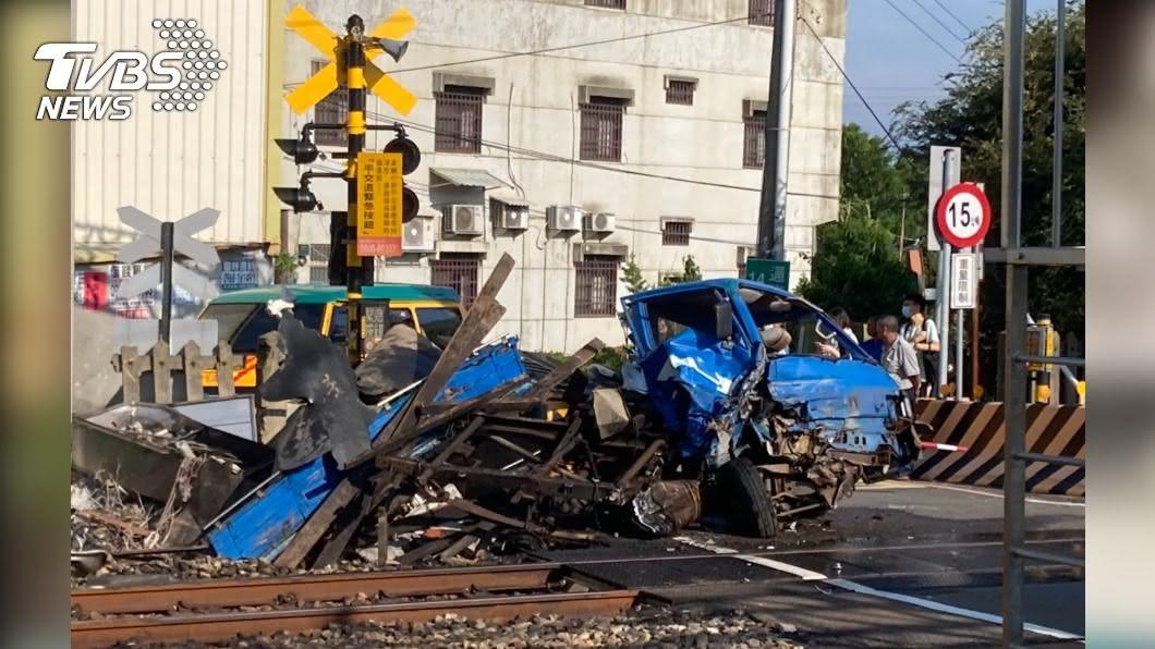 (圖/TVBS) 小貨車入侵平交道!台鐵列車猛撞 新埔-通霄雙向延誤