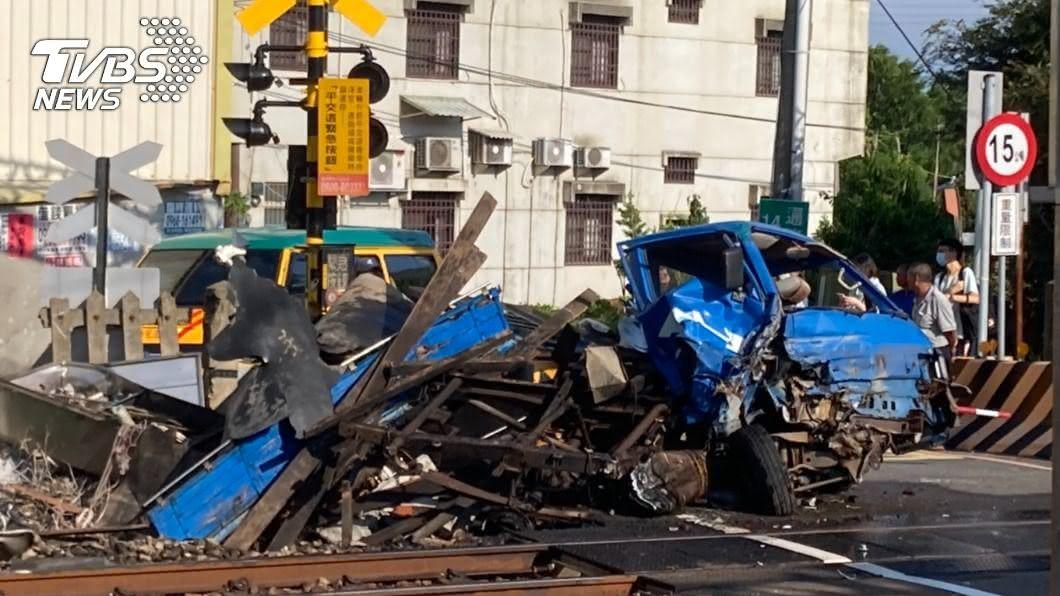 小貨車撞上2511次區間車原因待釐清。(圖/TVBS) 苗栗通灣里平交道事故 小貨車被撞起火成廢鐵