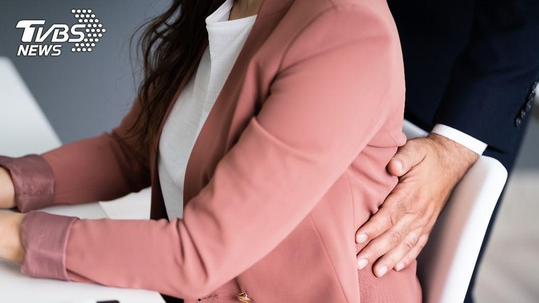 職場性騷擾時有所聞。(示意圖/shutterstock 達志影像) 媒體圈也陷性騷風暴 女主播遭男主管「背後撲抱」