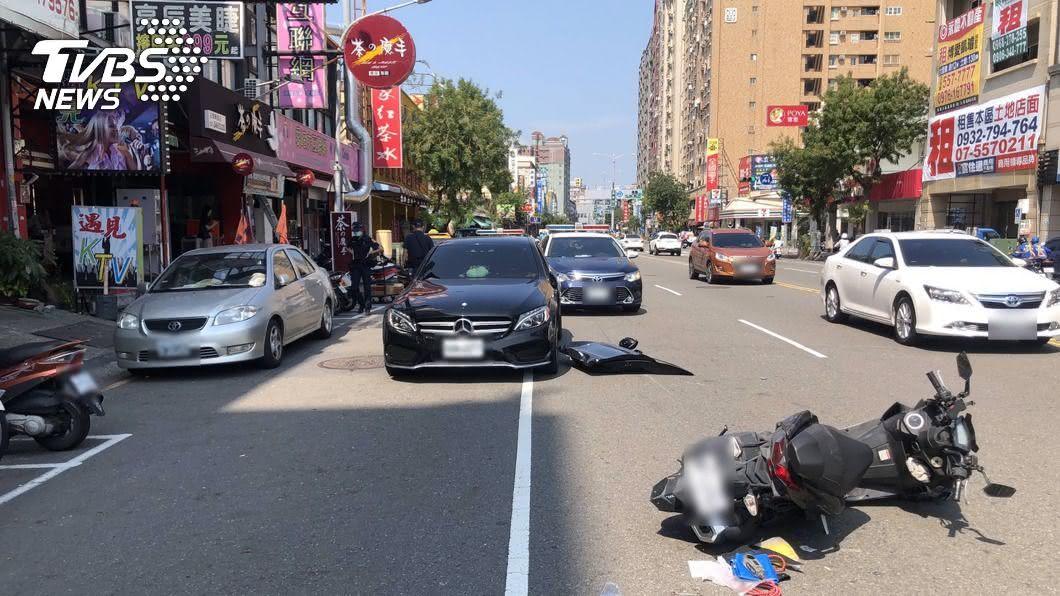 (圖/中央社) 賓士併排違停未二段式開門 騎士閃避不及撞掉車門
