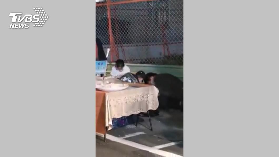 圖/TVBS 怎麼會!夜市攤販滑手機 15分後昏倒猝死