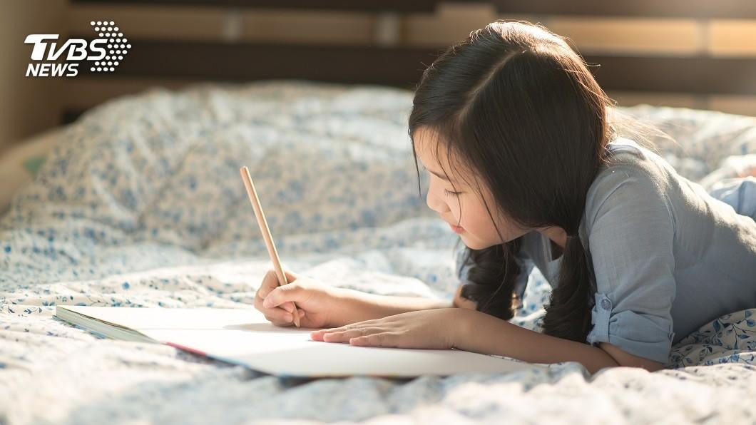 一名人母分享5歲女兒學寫字時遇到的趣事。(示意圖/shutterstock 達志影像) 5歲女不想跟父姓…母問為什麼 超可愛理由網看全笑翻
