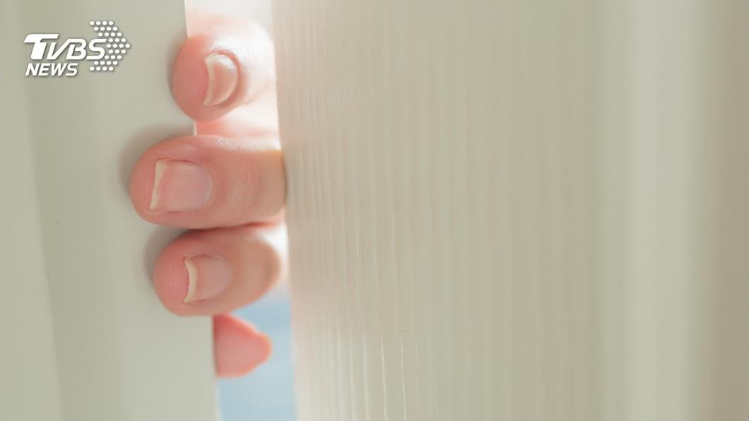 許多人都有不小心被門夾到手指的經驗。(示意圖/shutterstock 達志影像) 手指被門夾腫成圓球 男苦笑:卡通不是騙人的