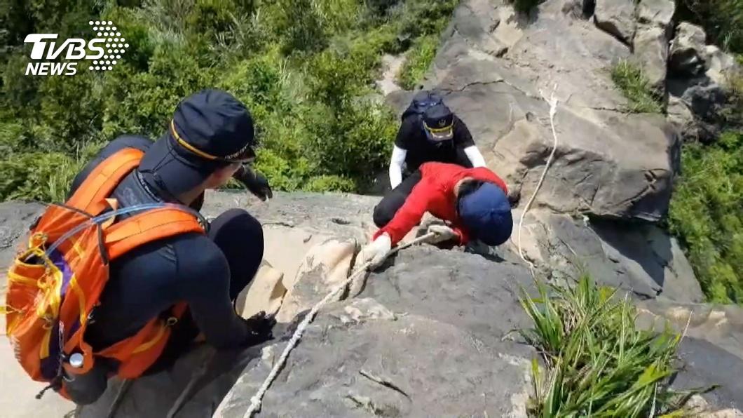 20人救抽筋登山客 玩立槳划不回來搭巡防艇