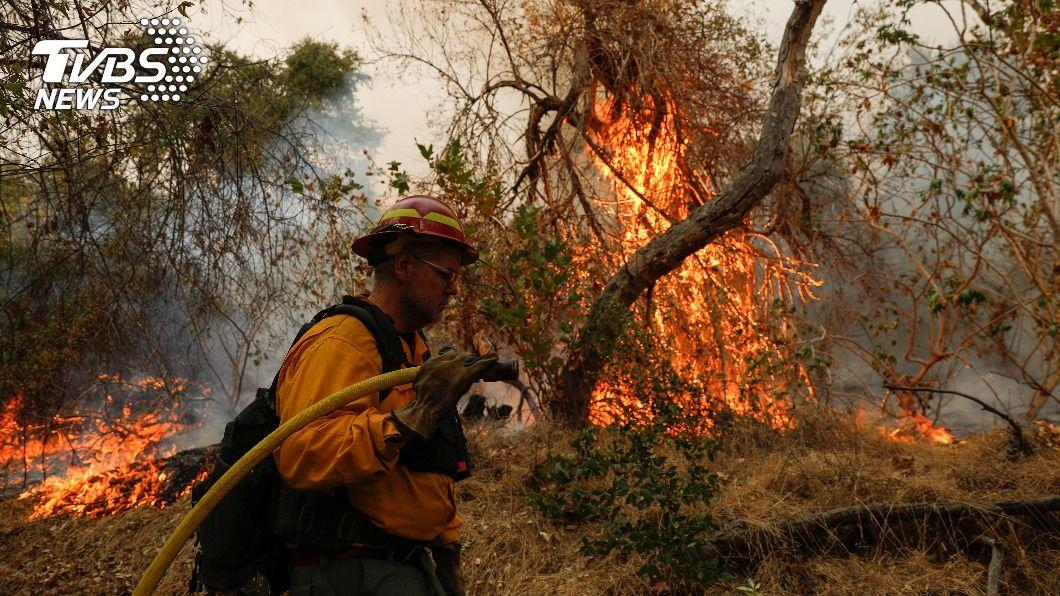 美國專家指出,暴露在煙霧中會降低人體抵抗力。(圖/達志影像路透社) 加州野火空氣品質不佳 專家:恐增染疫機會