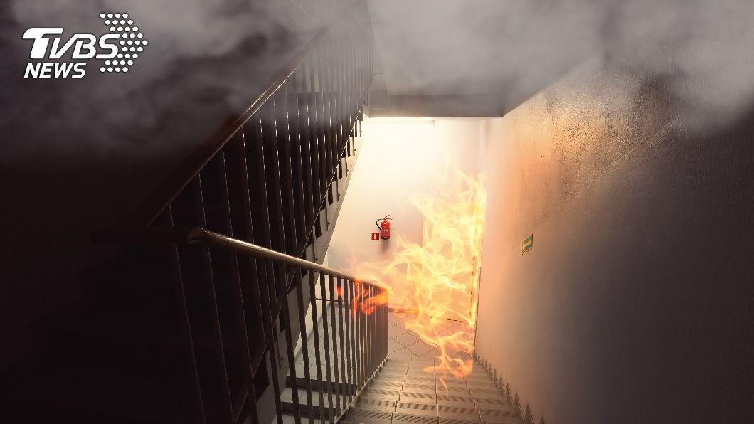 火災示意圖,非當事新聞畫面。(示意圖/shutterstock達志影像) 基隆公寓頂樓鐵皮屋火警 女子倒臥浴室喪命