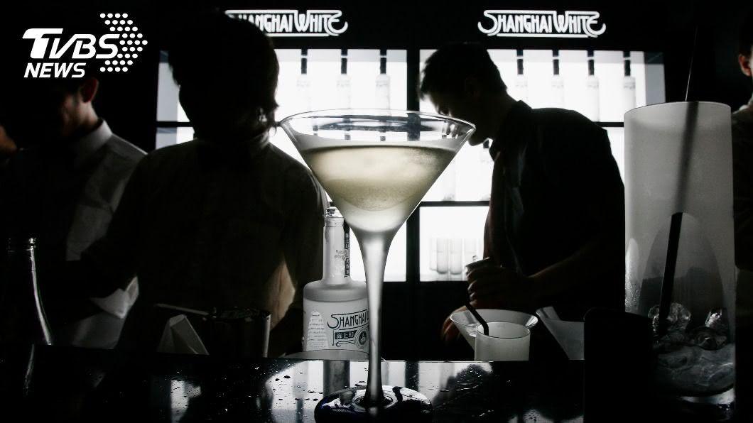 酒吧老闆表示,香港酒吧解封開放已恢復7成生意。(圖/達志影像路透社) 疫情趨緩 香港酒吧有限度恢復營運