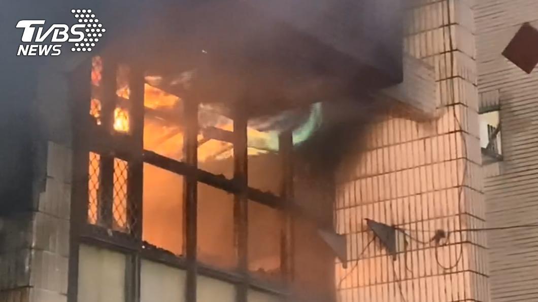 窗戶被燒破竄出藍綠色火焰,溫度相當高。(圖/TVBS) 東海氣爆4死疑人為!多桶瓦斯「擺放詭異」事發前被打開