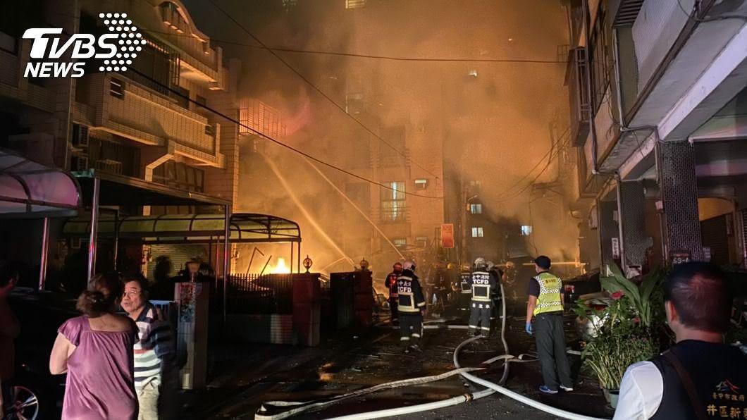 消防員表示不排除事故屬人為引起。(圖/中央社) 中市龍井氣爆釀4死 不排除人為肇禍警方查證中