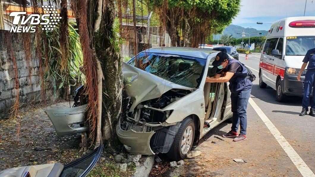 駕駛及副駕送醫急救後宣告不治,後座2名女性乘客輕重傷。(圖/中央社) 花蓮鳳林段轎車自撞行道樹 2死2傷