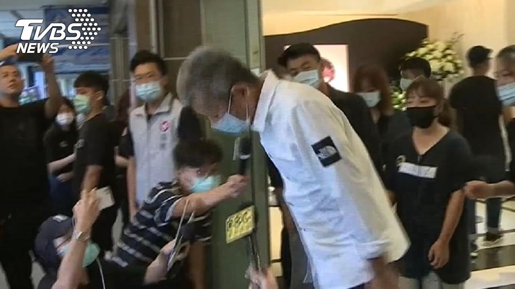 小鬼爸對媒體鞠躬致意。(圖/TVBS) 小鬼爸現身靈堂3度鞠躬 沉默3天首發聲