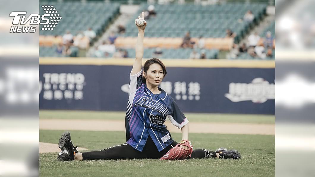 歌手周蕙到球場擔任開球嘉賓,大秀劈腿。(圖/中央社) 超軟Q!周蕙開球秀劈腿 稱「比瑪麗亞凱莉好」