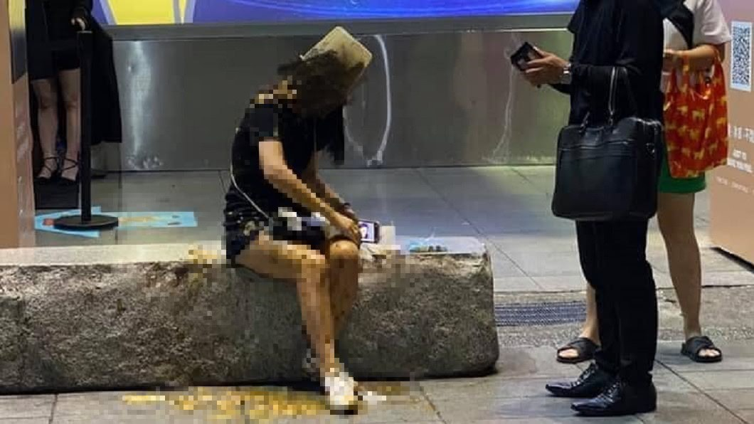 女子在信義區遭人潑屎。(圖/翻攝自臉書爆料公社) 整桶排泄物「從頭頂灌下」!信義區長髮女滿身惡臭不提告