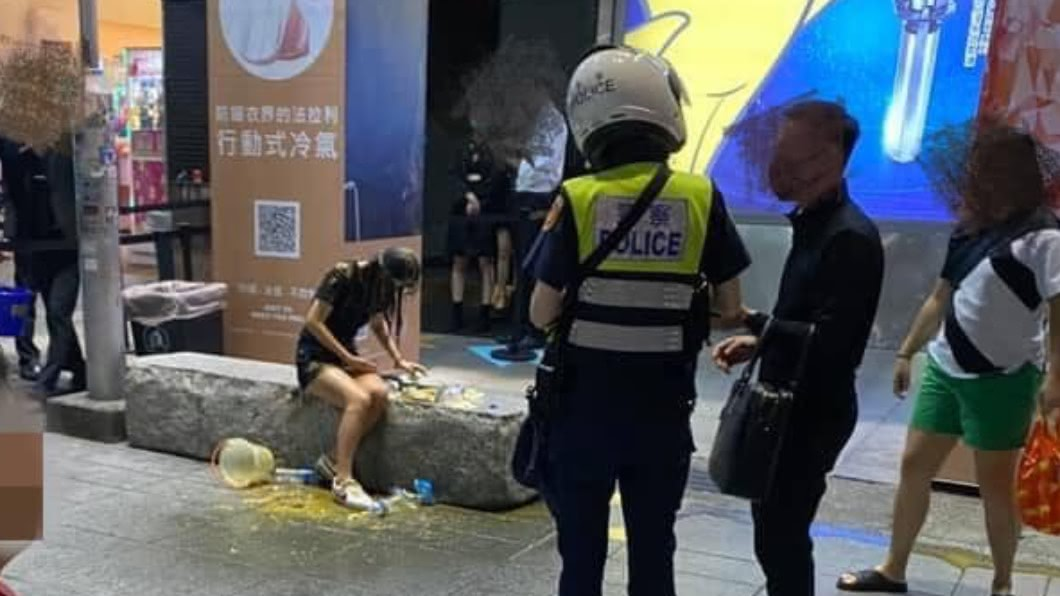 圖/翻攝自爆料公社 信義區遭公然潑糞 受害女赴警局提告