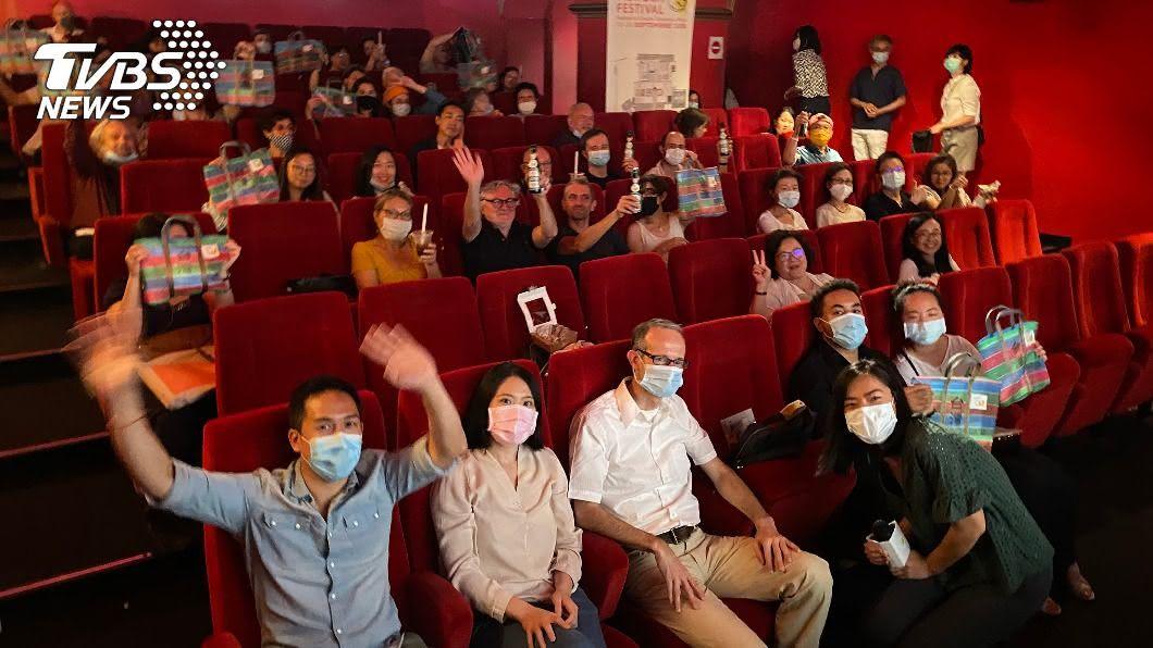 第三屆巴黎台灣電影節開幕晚會提供台式美食與抽獎活動,觀眾反應熱烈。(圖/中央社) 巴黎台灣電影節配珍奶刈包 題材多元觀眾驚艷