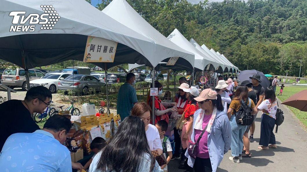 日月潭舉辦「農萊市集」,湧入大量人潮支持在地農產品。(圖/中央社) 日月潭舉辦農萊市集 湧人潮狂掃在地農產