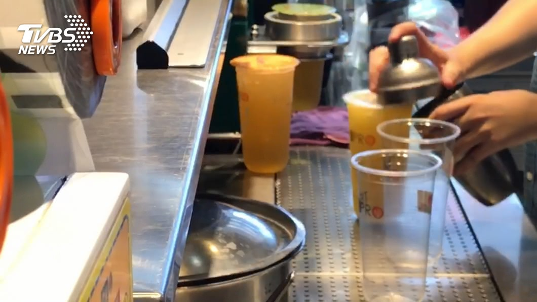 (圖/TVBS) 海軍出任務取消訂單 蔡英文親赴愛國飲料店買150杯