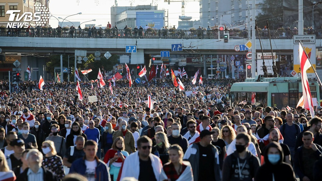 白俄羅斯逾10萬人上街抗議。(圖/達志影像路透社) 白俄首都再現示威 逾10萬人抗議總統魯卡申柯