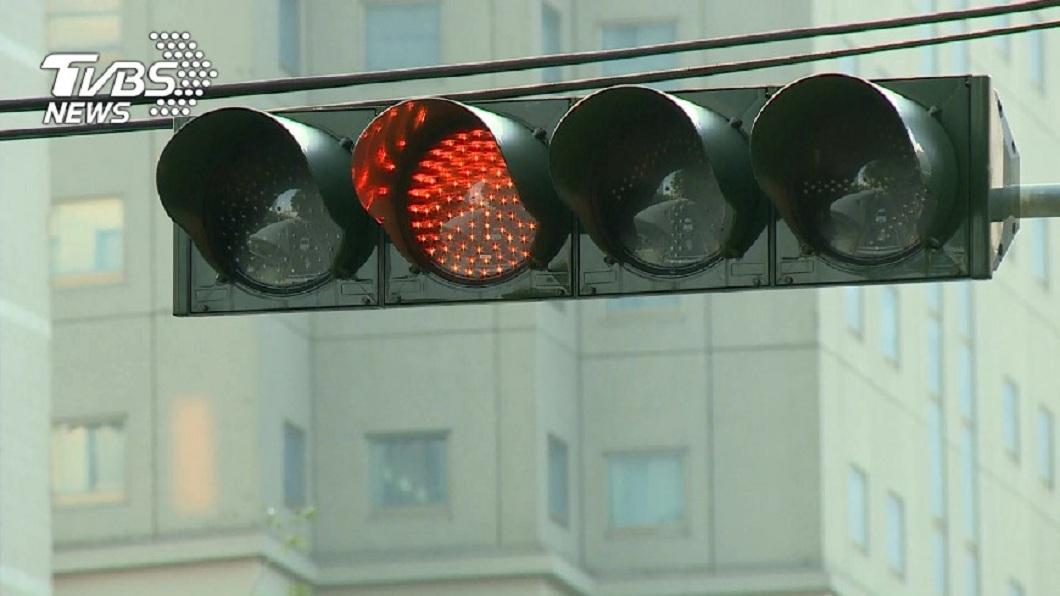 許多民眾開車或騎車上路時為貪圖方便,常常會有紅燈右轉的行為。(圖/TVBS資料畫面) 騎士被攔告知「紅燈右轉」 下秒結局翻轉警道歉