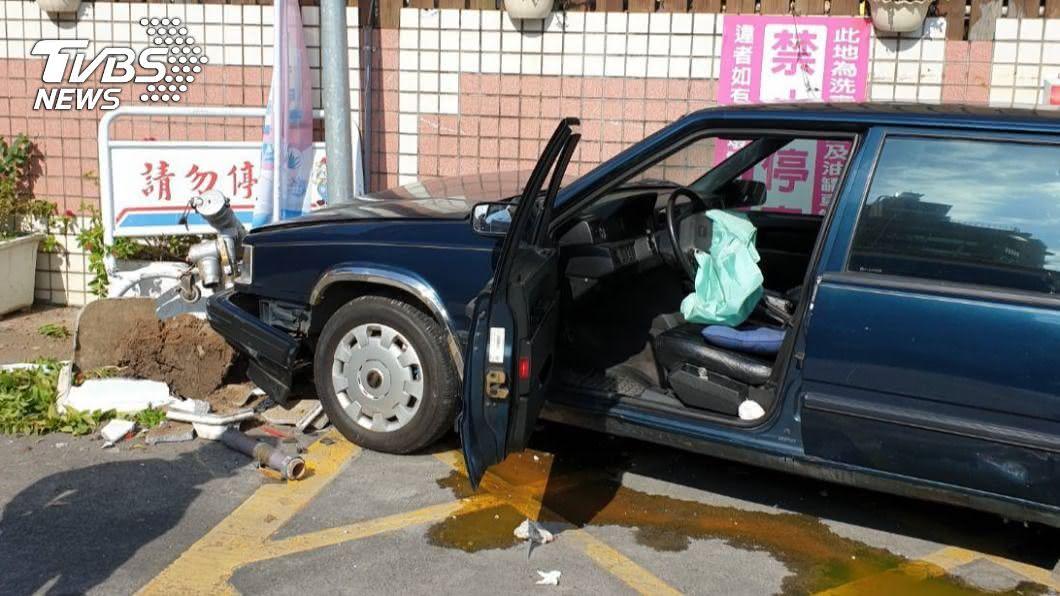 圖/TVBS 快訊/開車撞進加油站! 7旬駕駛錯踩油門釀禍