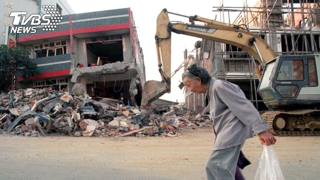 921當時許多房屋倒塌。(示意圖/達志影像路透社) 憶921逃難過程…奶奶被壓梁柱下 手緊握「此物」全網鼻酸